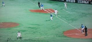 ホームに投げると思ったら1塁へ