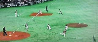 バントで3塁を刺す場面