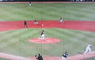 振り向いて2塁へ送球