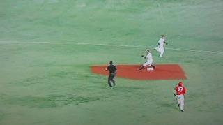 セカンドベース上に打球が行ったのが幸い。