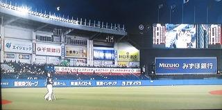 松田は手袋飛ばして、強風アピールしてました。
