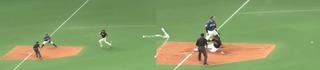 ボ−ルが当たって、三塁到達