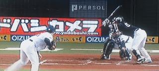 榎田が甲斐に四球を与えた場面