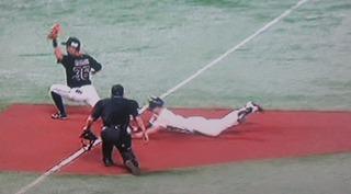 打球を見て、3塁まで走る周東