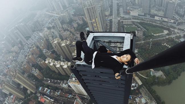 """中国の""""高い所に登ってみた系""""ユーチューバーが62階のビルから転落、落ちる瞬間の動画も公開…"""