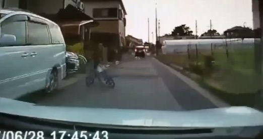 【動画】運転中に子供が突然飛び出す → 母親が謝罪し子供を全力で平手打ちして賛否両論に