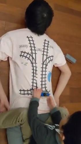 Tシャツ 寝転がる 子供 マッサージ 電車 レール プラレールに関連した画像-06