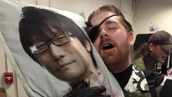 小島秀夫 抱きまくら 海外 メタルギアソリッドに関連した画像-01