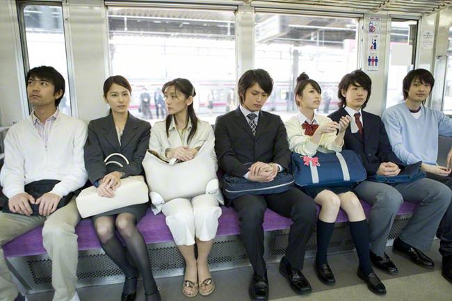 女性 電車 迷惑行為に関連した画像-01