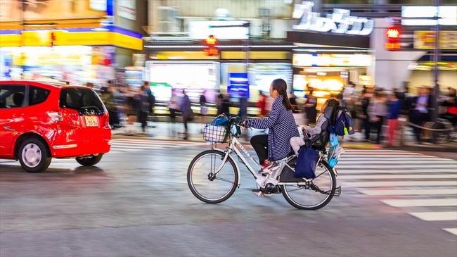 救急車のドアに自転車が接触し1歳女児がけが→自転車を運転していた母親に批判が殺到