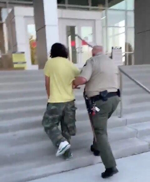 棒 ドーナツ 少年 警察官 一口食べたい? 煽る 逮捕に関連した画像-05