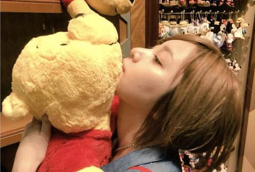 元AKB岩田華怜さん、ディズニーの売り物のぬいぐるみに顔を付け棚に戻す様子をツイートし炎上 「なんか荒れててびっくり」