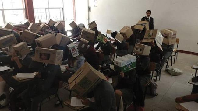 教師 テスト カンニング 生徒 ダンボール 箱 頭に関連した画像-03