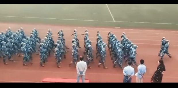 軍事パレード 靴 アクシデント 事件に関連した画像-06