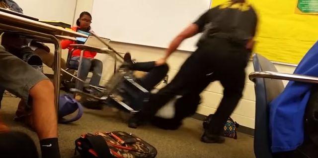 白人警官 黒人少女 拘束に関連した画像-01