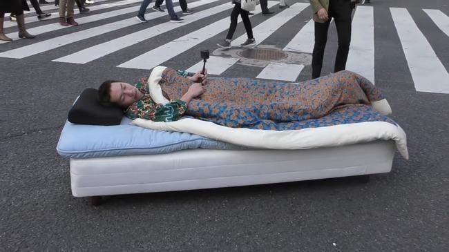 スクランブル交差点 ベッド 警察捜査に関連した画像-06