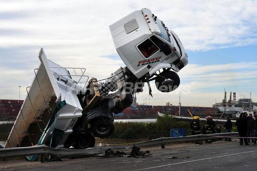 トラック 事故に関連した画像-01