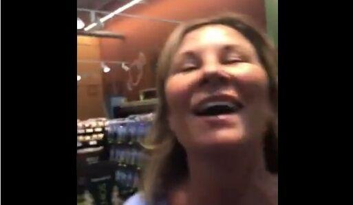 アメリカ スーパー ノーマスク 女性 咳 故意 吹きかけに関連した画像-01