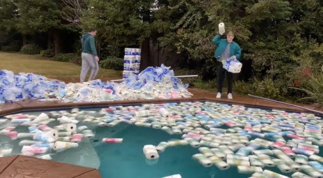 ユーチューバー 100万枚 ペーパータオル プール 水 批判に関連した画像-03