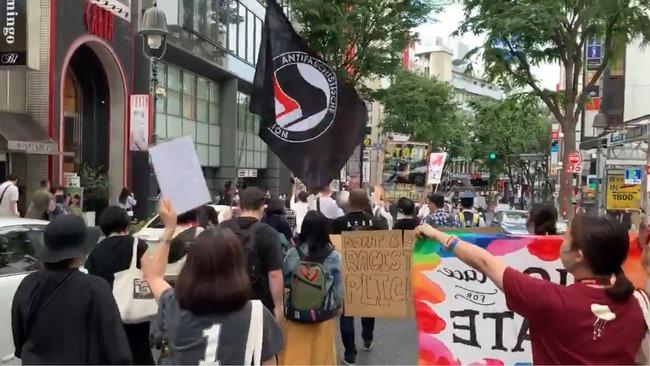 【あっ】渋谷署前の抗議デモ、立憲民主党議員の後ろにトランプ大統領がテロ組織と指定したANTIFAの旗を掲げる参加者がいるんだがこれって・・・