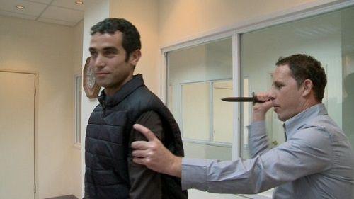 防刃ベスト イスラエル テレビ 記者 ケガ 刃物 貫通に関連した画像-01
