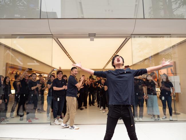 アップルストア Apple リニューアル オープニングイベント キモい 宗教に関連した画像-03