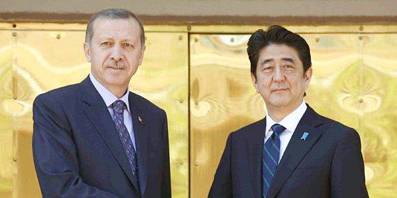 """【いい国すぎ泣いた】五輪開催地に東京が選ばれた直後、トルコ首相が安倍首相に駆け寄り""""抱擁""""、祝意を示す"""