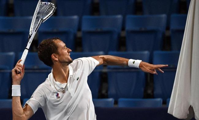 【東京五輪】準々決勝敗退のテニス・メドベージェフ選手、試合後にラケットを破壊しスタンドにぶん投げる