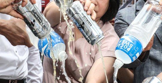 韓国ソウルの日本大使館前で日本製ビールやポカリをぶちまけるデモが開催!!