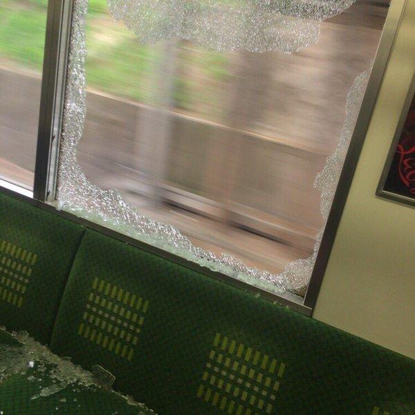 電車 窓ガラス 石 破壊に関連した画像-02