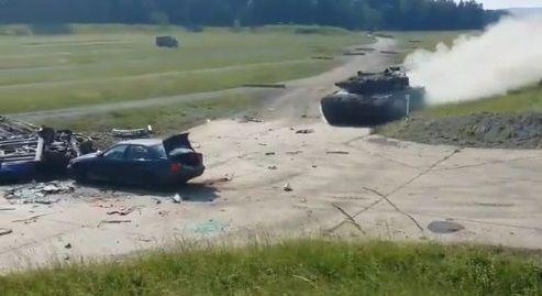 戦車 トップスピード 乗用車衝突に関連した画像-03
