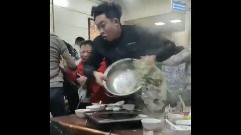 大乱闘 中国 犬の肉 レストラン 喧嘩 混乱 大暴れに関連した画像-01