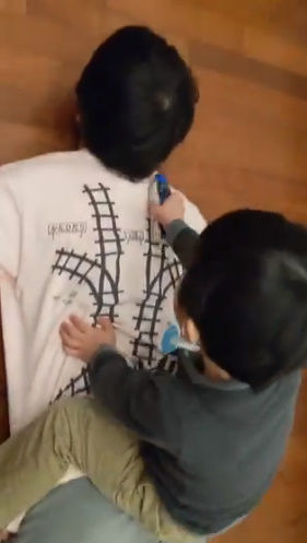 Tシャツ 寝転がる 子供 マッサージ 電車 レール プラレールに関連した画像-04