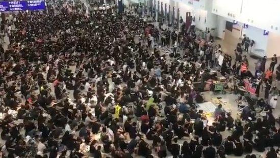 香港空港 全便欠航 デモ隊占拠に関連した画像-01