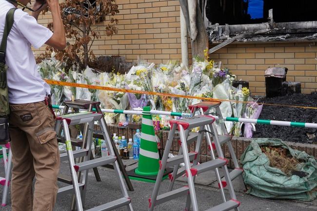京都アニメーション 京アニ マスコミ 遺族 献花 脚立 陣取り 親族に関連した画像-04