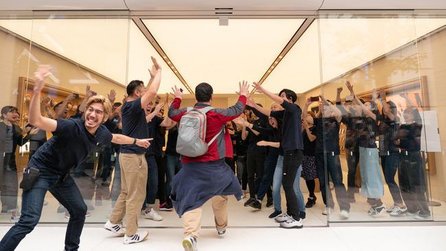 アップルストア Apple リニューアル オープニングイベント キモい 宗教に関連した画像-06