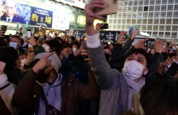 渋谷 スクランブル交差点 カウントダウン 大混雑に関連した画像-01