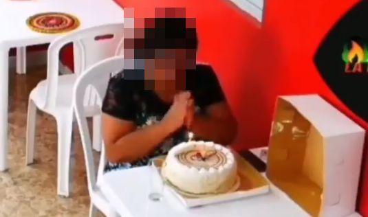 一人 誕生日 女性 レストラン 従業員 サプライズ 祝福に関連した画像-01