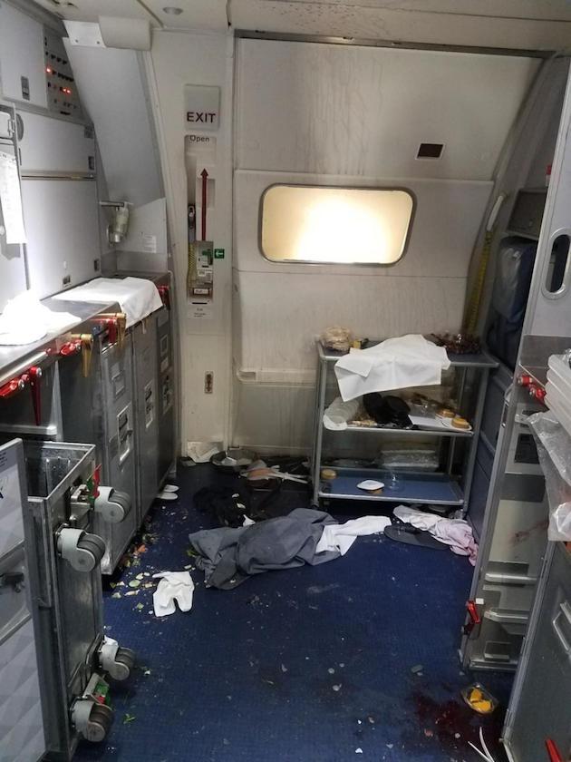 デルタ航空 ワインボトル 殴る 機内 惨状に関連した画像-03