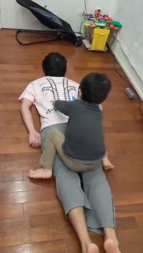 Tシャツ 寝転がる 子供 マッサージ 電車 レール プラレールに関連した画像-03