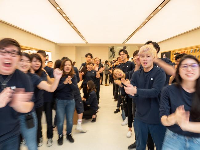 アップルストア Apple リニューアル オープニングイベント キモい 宗教に関連した画像-09