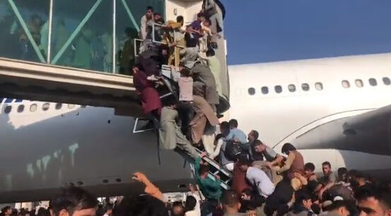 アフガニスタン タリバン 空港 カブール空港 アメリカ 市民 逃げ出す 米軍に関連した画像-02