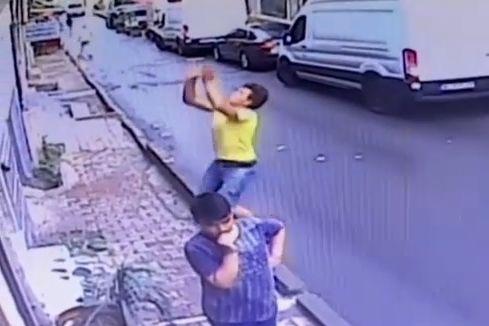 女の子 少年 転落 キャッチ トルコに関連した画像-01