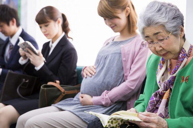 【!!】常磐線車内で妊婦の女性(25)が元気な女の子を出産!