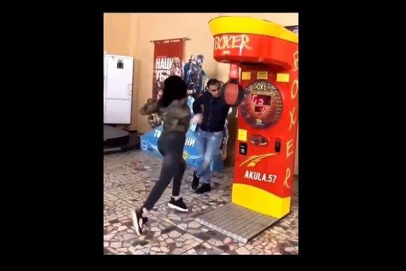 パンチングマシーン 女性 空振りに関連した画像-04