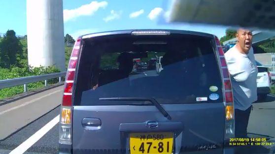 【動画】渋滞中の高速道路で路肩から強引な割り込み、クラクションを鳴らされると車から降りて怒鳴り散らす中年DQNが撮影される