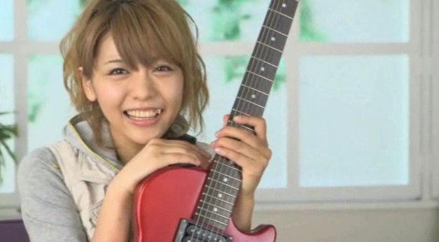 ギターを抱える豊崎愛生