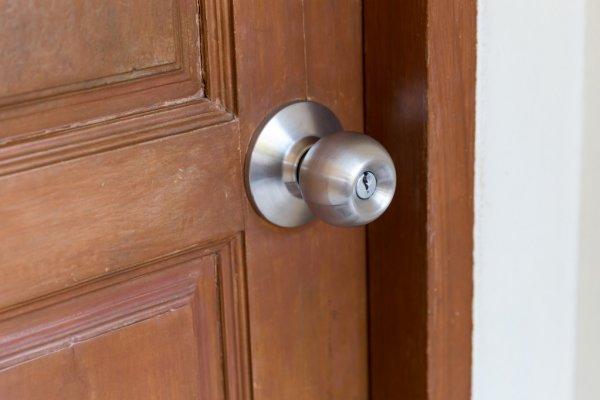 玄関 ドアノブ 謎の袋 不審 発火 爆発物に関連した画像-01