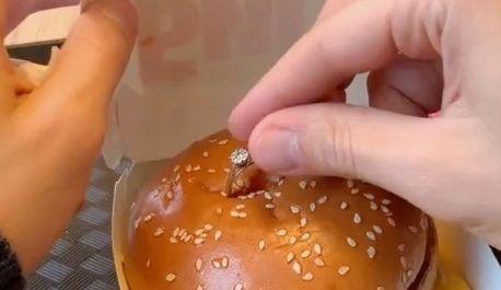 彼氏 彼女 プロポーズ ビッグマック 上 指輪に関連した画像-01