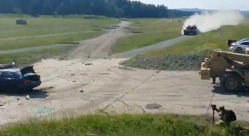 戦車 トップスピード 乗用車衝突に関連した画像-01
